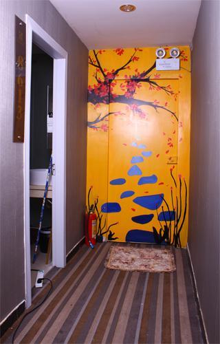 举成宾馆的走廊抽象梅花图-2